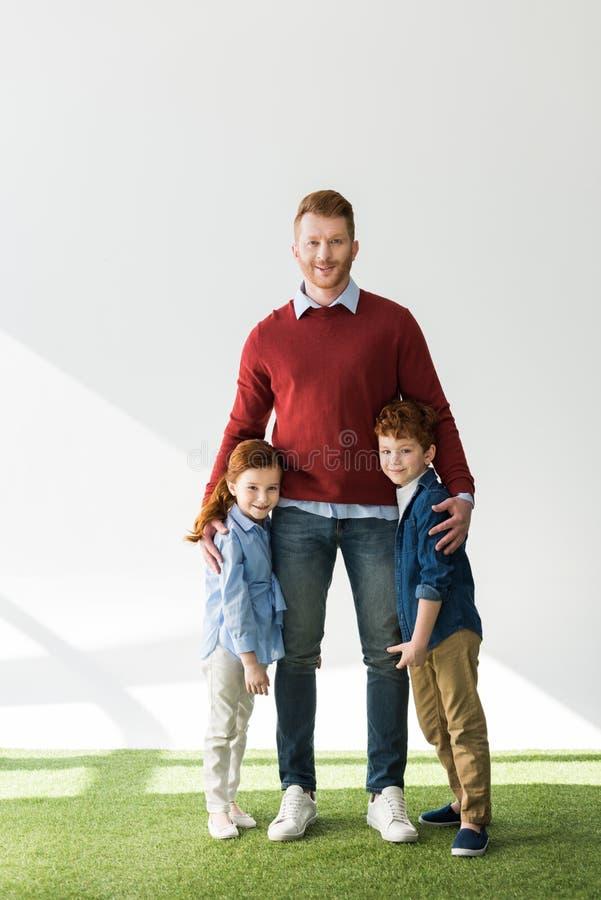pai feliz com as crianças adoráveis do ruivo imagens de stock