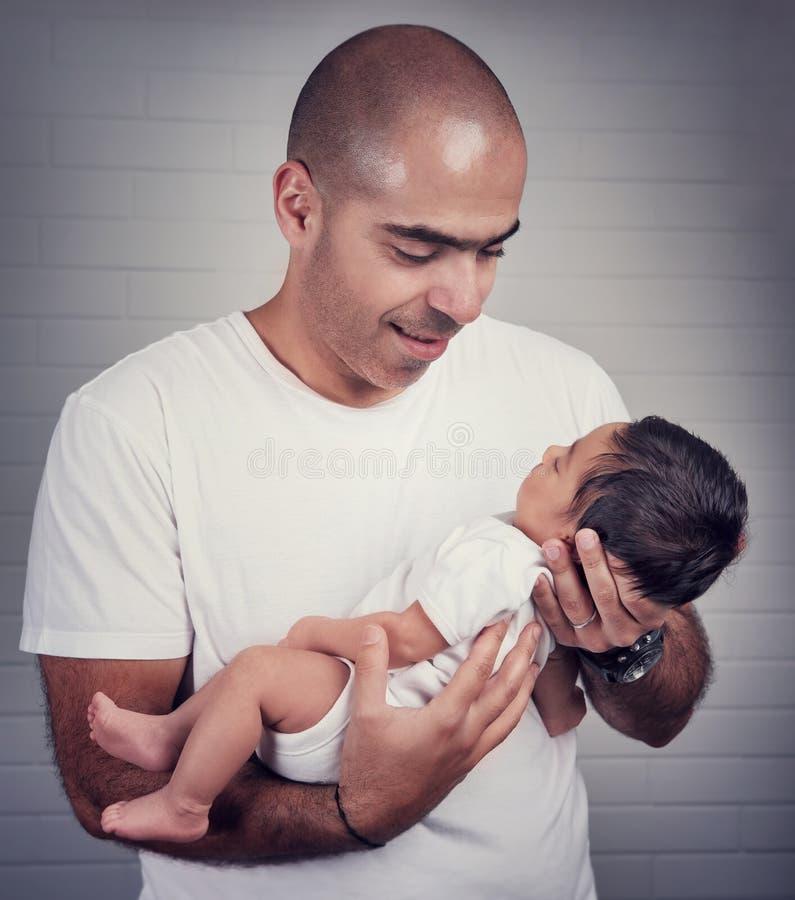 Pai feliz com bebê pequeno foto de stock royalty free