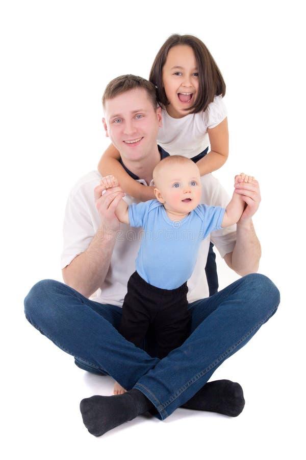 Pai feliz com a filha e o filho isolados no branco foto de stock