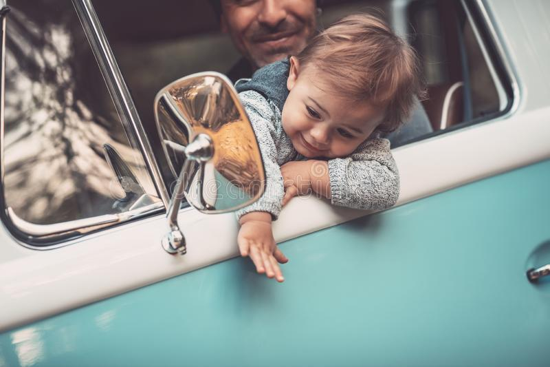 Pai feliz com o filho que conduz um carro foto de stock