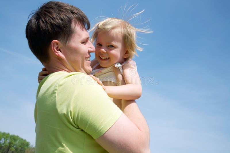 Pai feliz com sua filha pequena fotos de stock