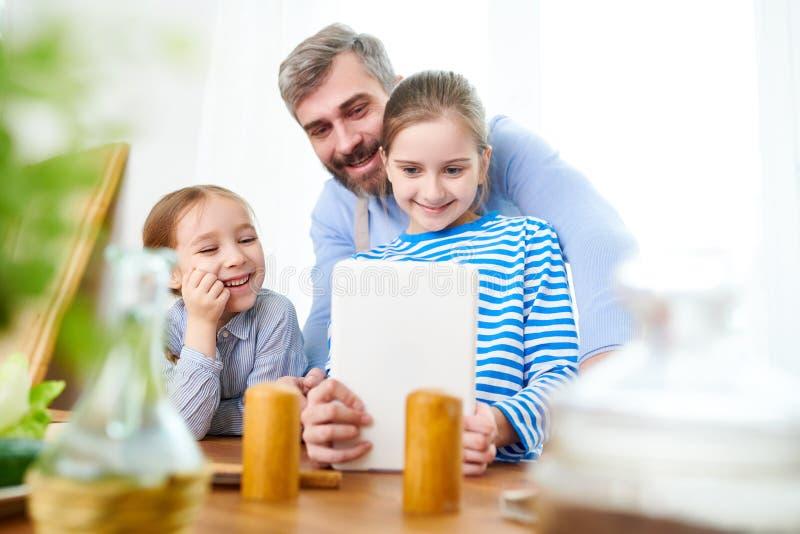 Pai feliz de duas meninas foto de stock royalty free