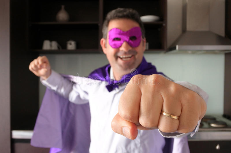 Pai feliz do super-herói que olha a câmera fotos de stock royalty free