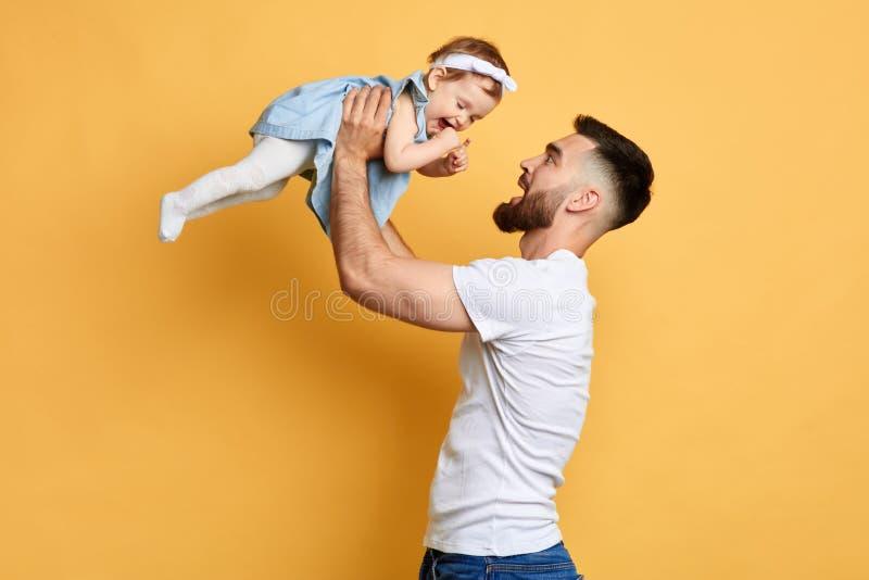 Pai feliz e filha bonita que jogam junto, estilo de vida despreocupado imagens de stock royalty free