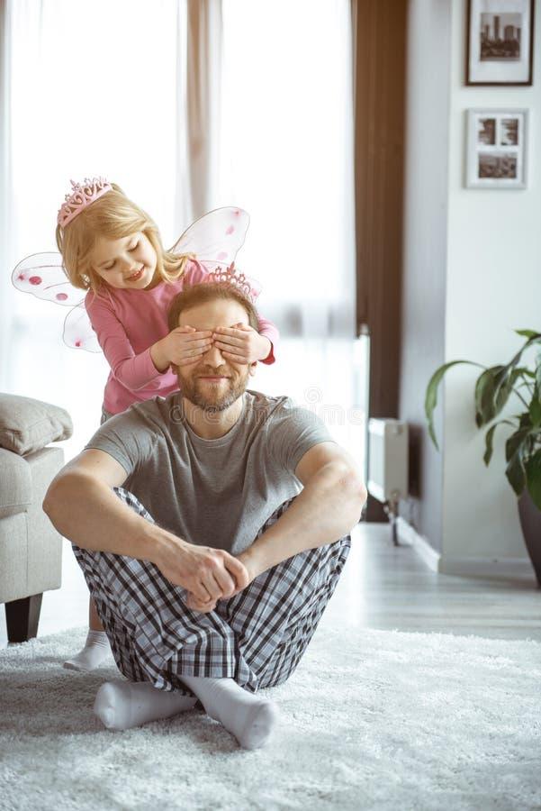 Pai feliz e filha que jogam junto em casa fotografia de stock