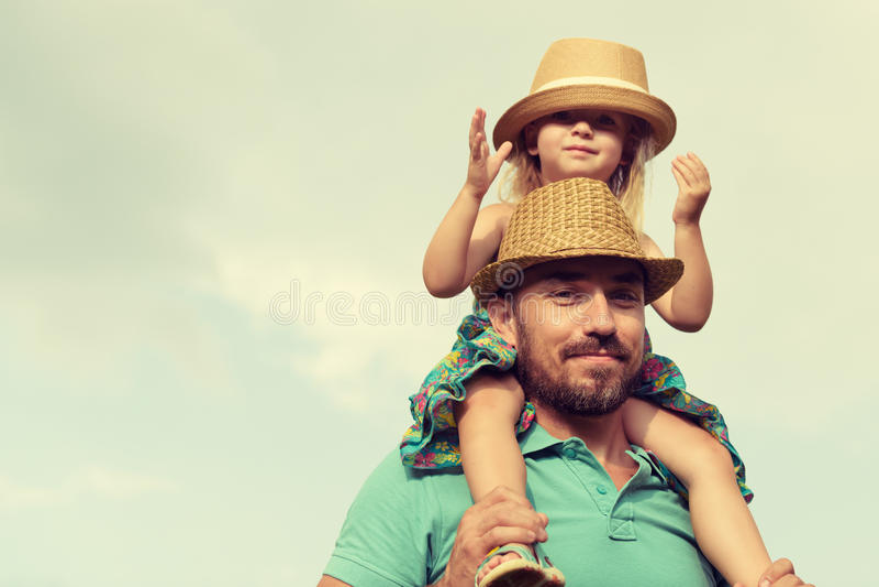 Pai feliz e filha que têm o divertimento junto foto de stock