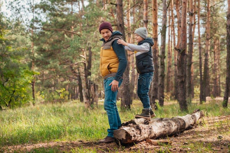 Pai feliz e filho que passam o tempo junto imagens de stock royalty free