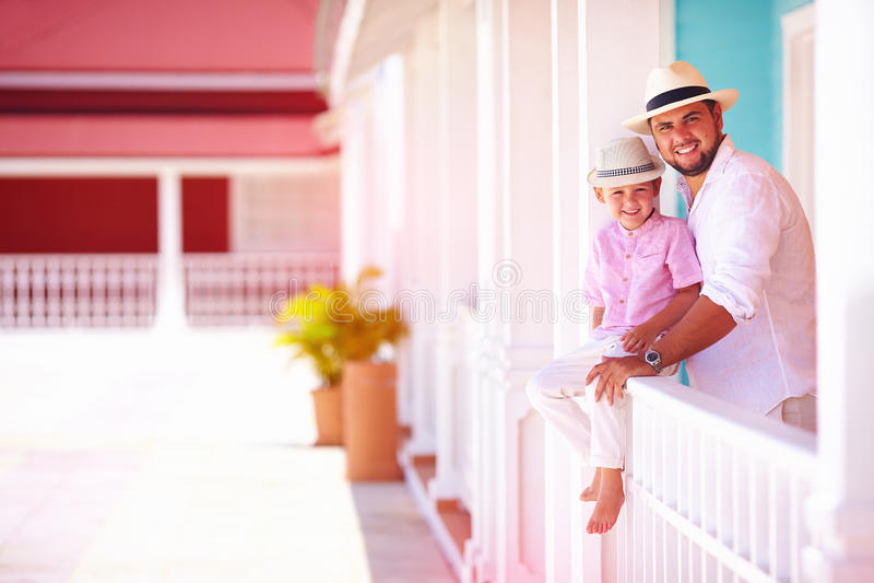 Pai feliz e filho que têm o divertimento junto fora na rua das caraíbas foto de stock royalty free