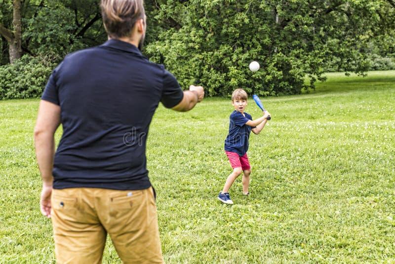 Pai feliz e seu filho que jogam o basebol imagem de stock royalty free
