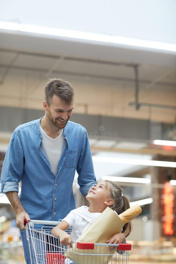 Pai feliz Shopping no supermercado imagens de stock