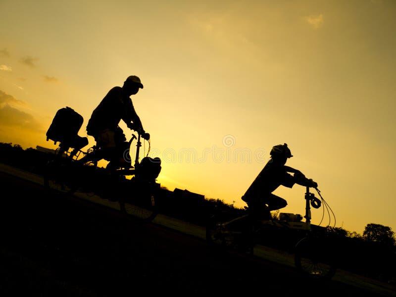 Pai, filho e bicicleta fotos de stock
