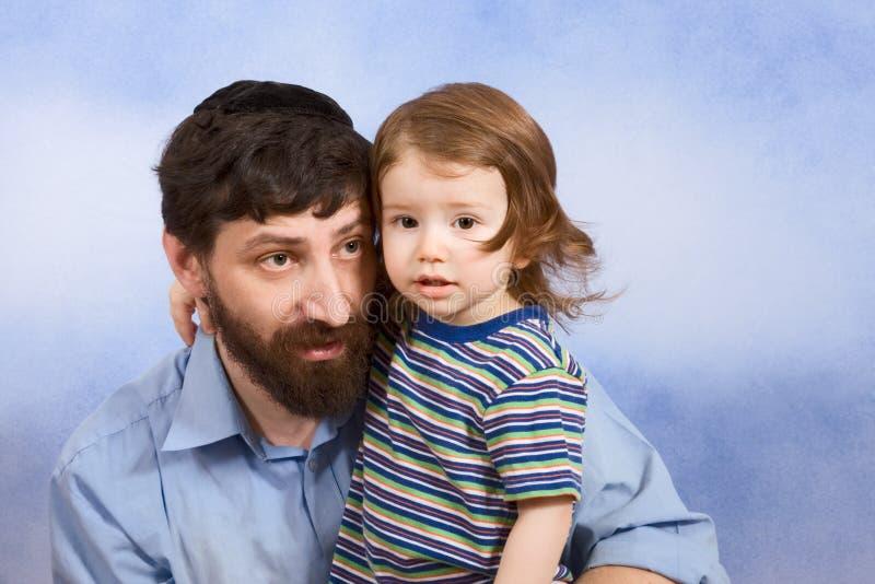 Pai judaico no yarmulke com seu filho novo fotografia de stock royalty free