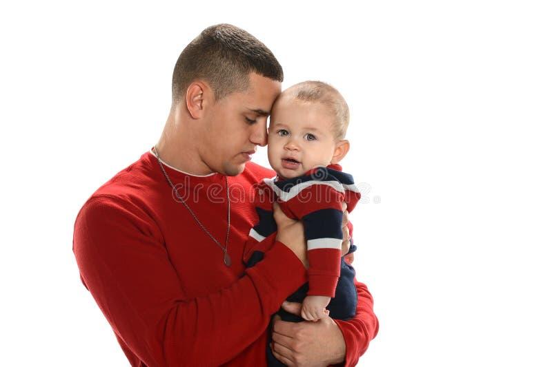 Pai latino-americano que guardara o filho fotos de stock royalty free