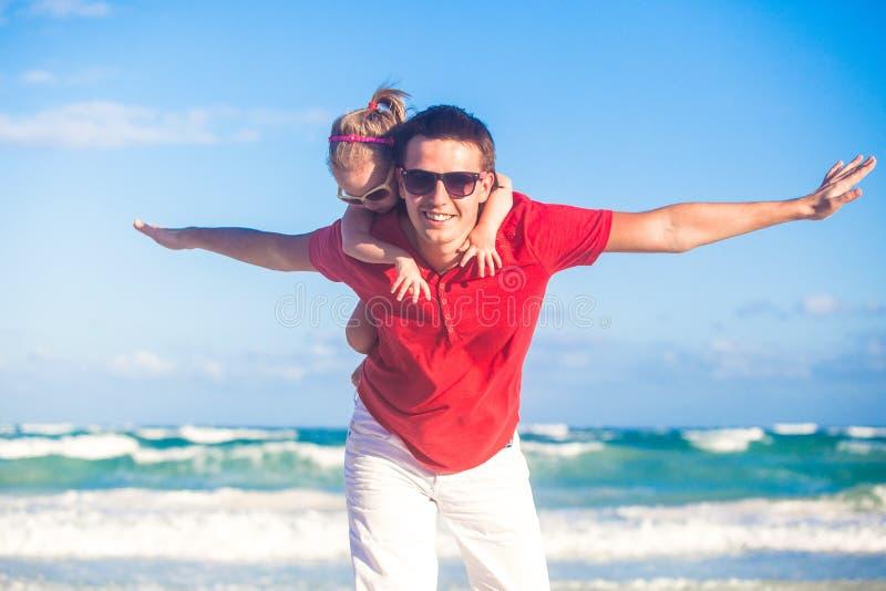Pai novo e sua filha pequena adorável fotos de stock royalty free