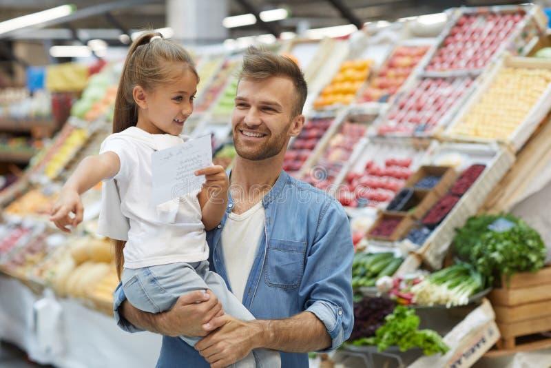 Pai novo feliz no supermercado imagens de stock royalty free