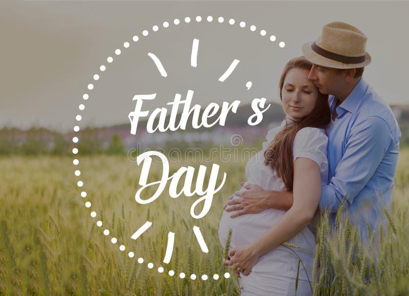 Pai novo que guarda a barriga de sua esposa grávida Dia de pais fotos de stock royalty free