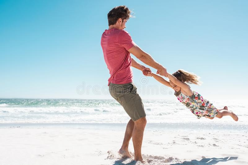 Pai Playing With Daughter na praia fotos de stock royalty free