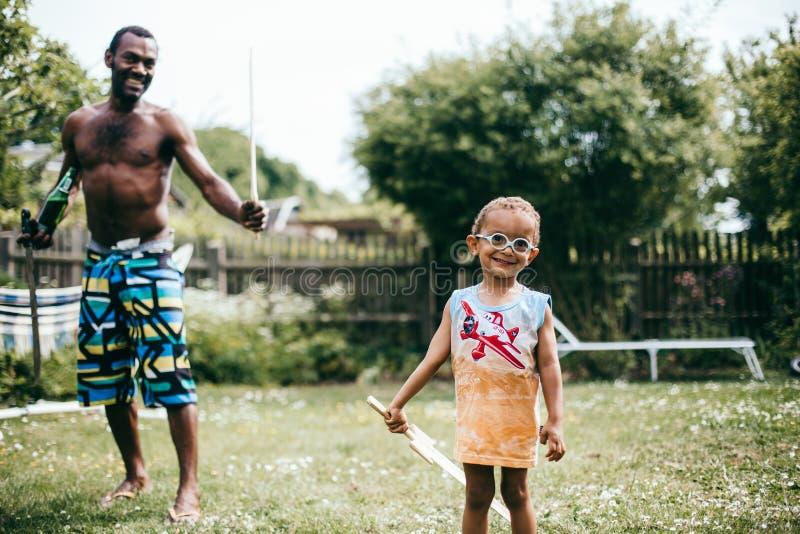 pai preto que joga com seu filho fora fotos de stock royalty free