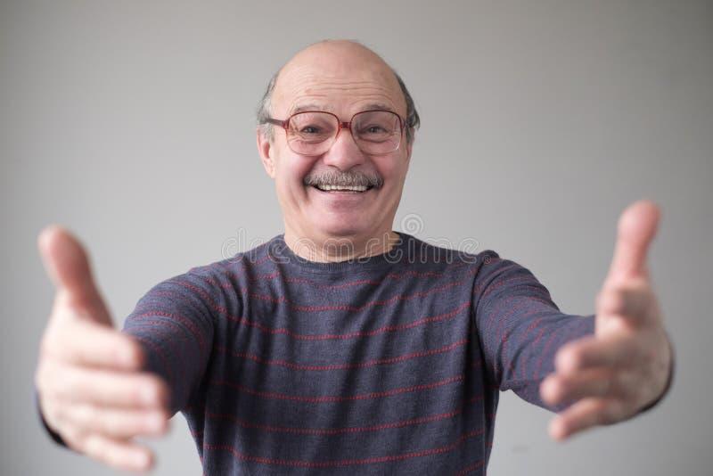 Pai puxando as mãos em direção à câmera, querendo abraçar fotos de stock