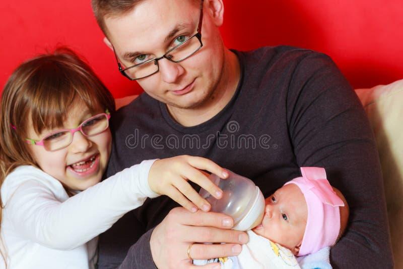 Pai que alimenta do beb? rec?m-nascido da garrafa foto de stock royalty free