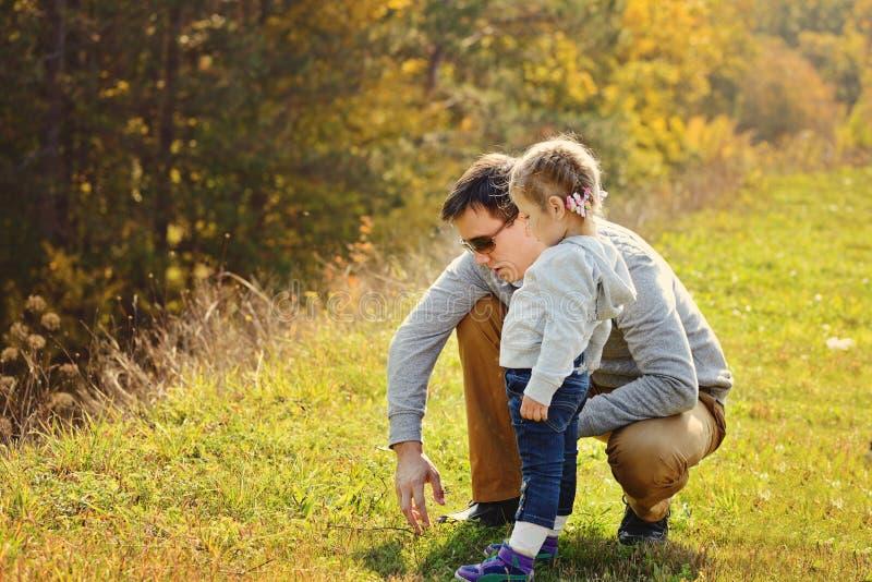 Pai que anda com filha da criança fotos de stock royalty free
