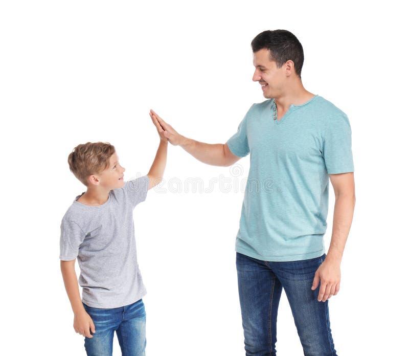 Pai que dá a elevação cinco a sua criança fotografia de stock royalty free
