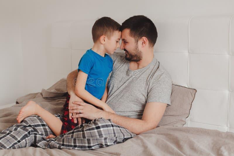 Pai que fala ao filho do menino foto de stock royalty free