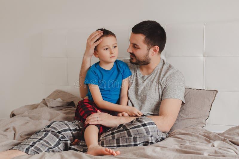 Pai que fala ao filho do menino imagens de stock