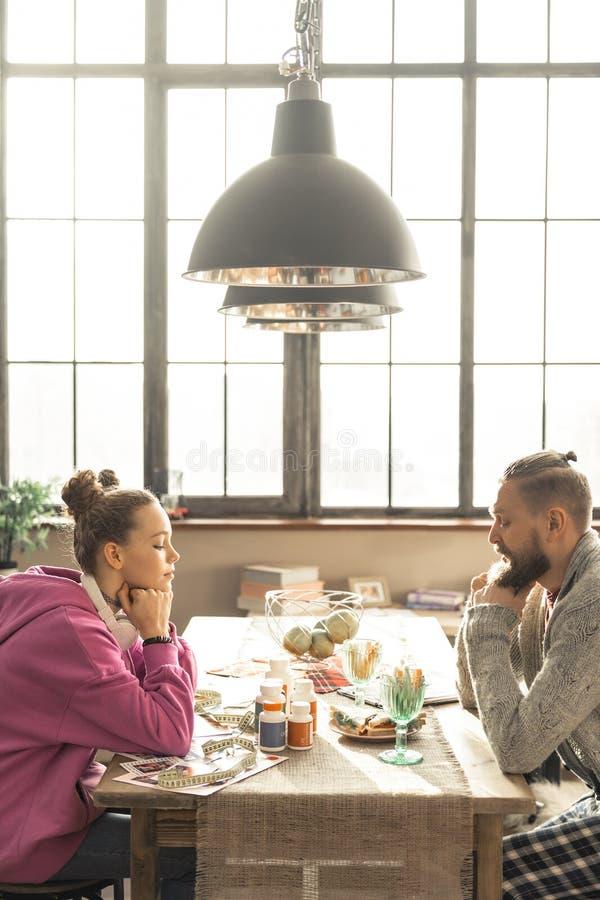Pai que fala com sua filha sobre o dano de dietas restritas fotos de stock