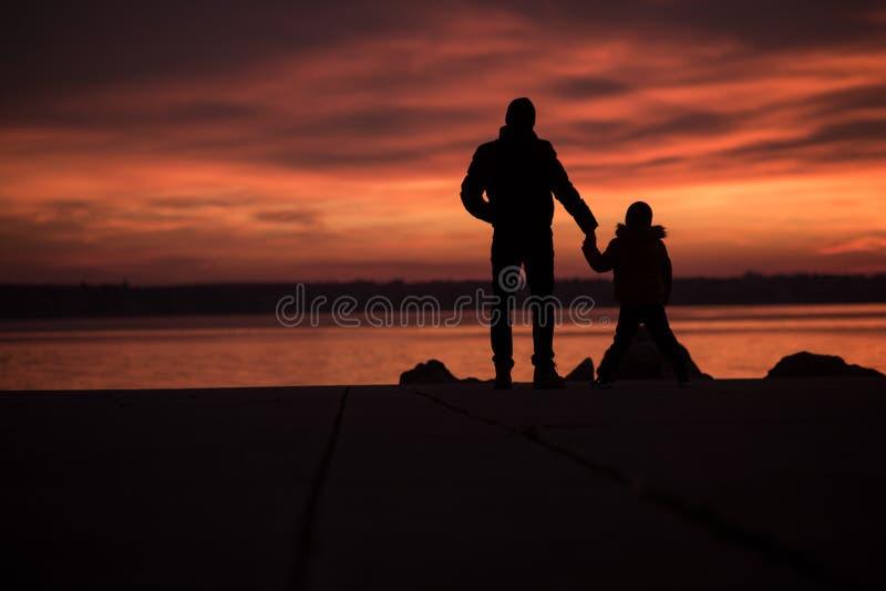 Pai que guarda as mãos com seu filho fotografia de stock