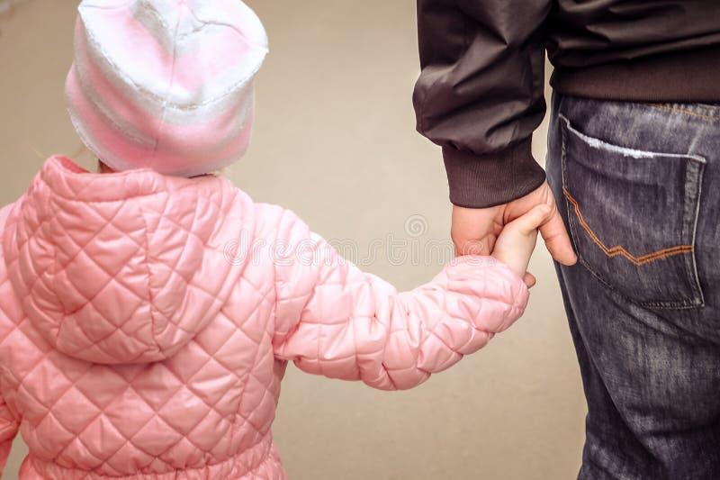 Pai que guarda a m?o da filha Conceito do dia do ` s do pai imagem de stock royalty free