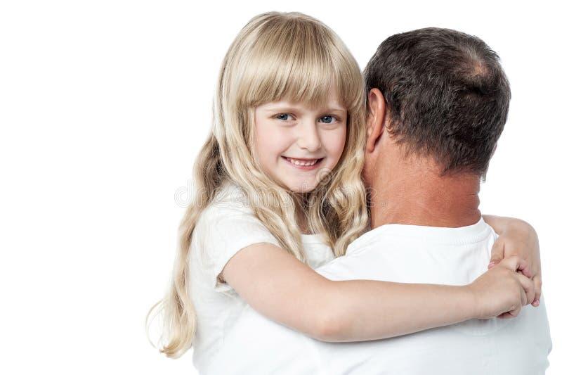 Pai que guarda sua filha pequena bonito imagens de stock royalty free