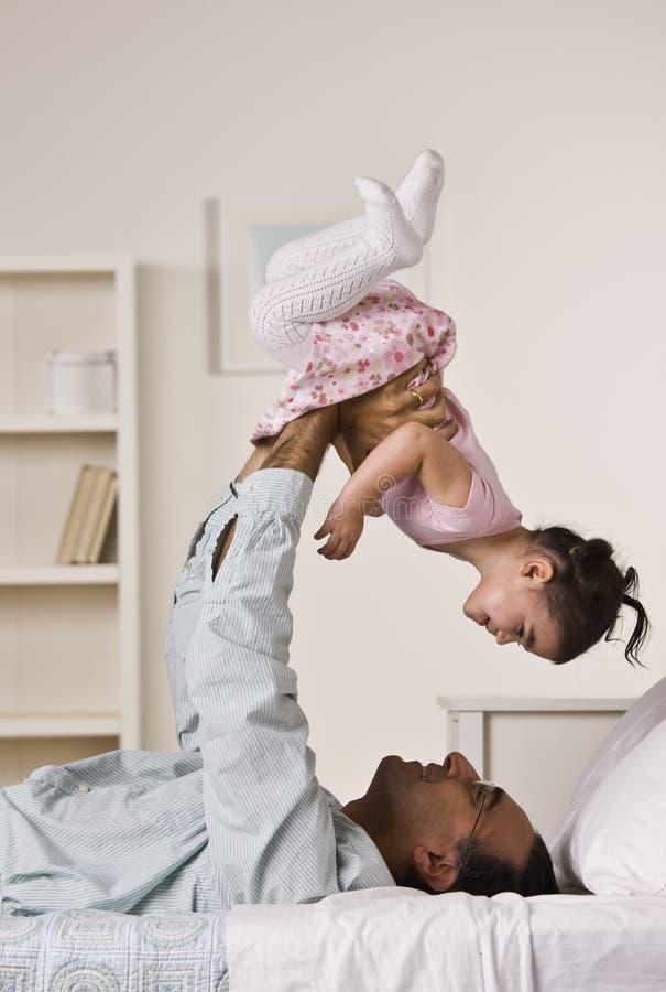 Pai que joga com filha fotografia de stock royalty free