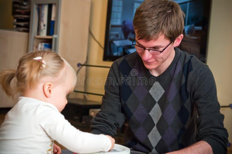 Pai que joga com filha fotos de stock