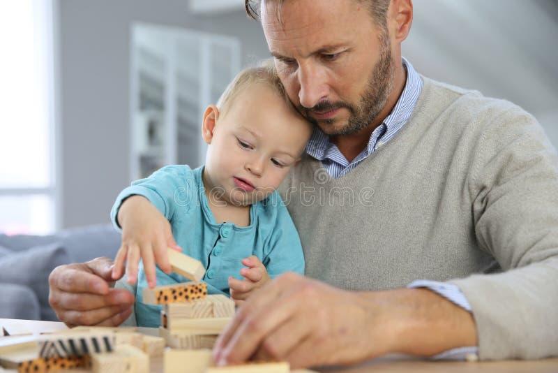 Pai que joga com seu filho que tem o divertimento imagens de stock
