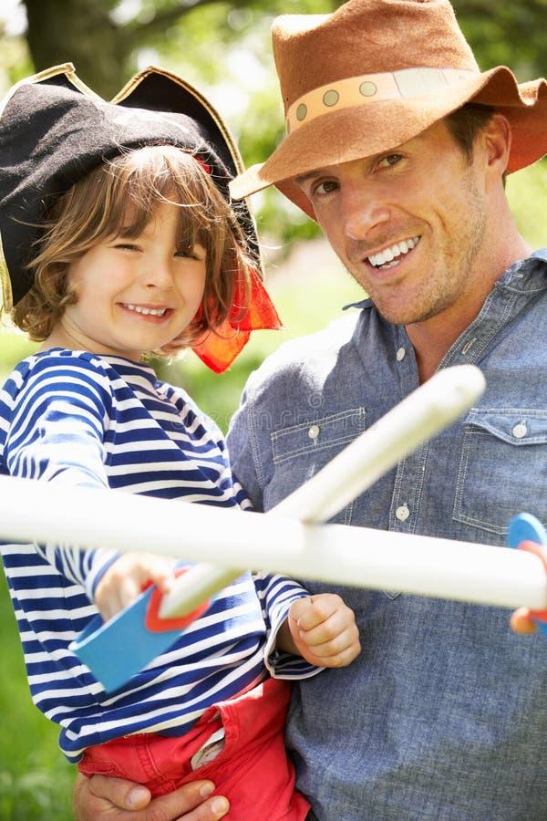 Pai que joga jogo emocionante da aventura com filho imagens de stock