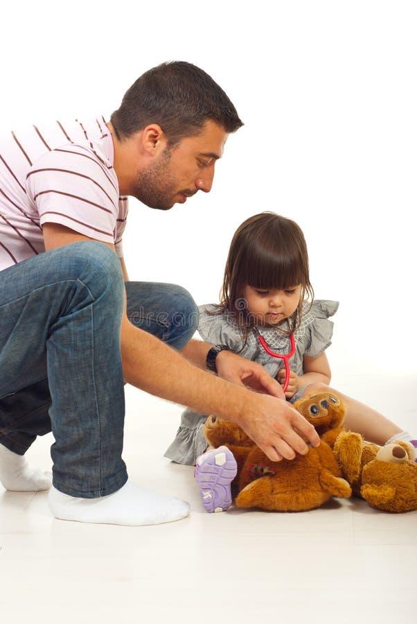 Pai que joga o doutor com sua filha foto de stock