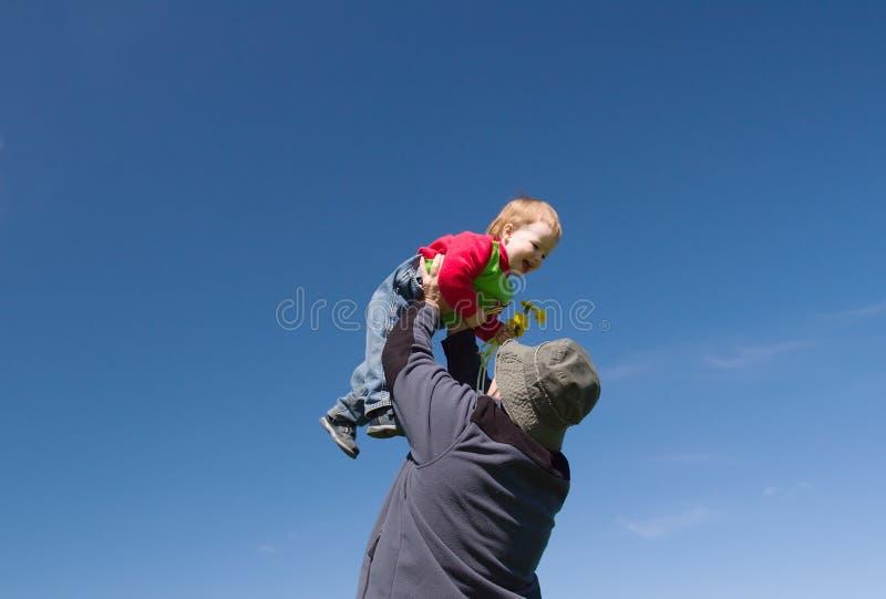 Pai que prende a filha pequena imagem de stock royalty free