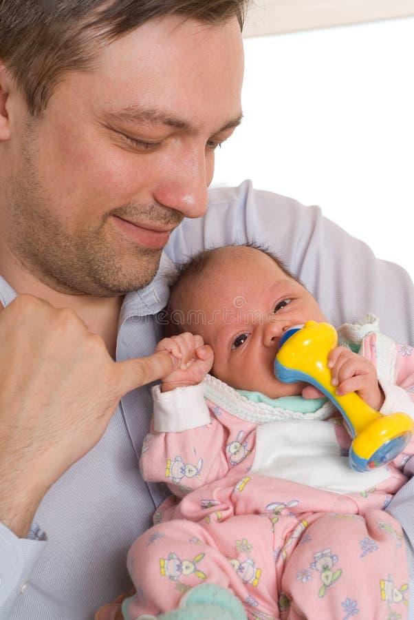 Pai que prende a filha recém-nascida foto de stock