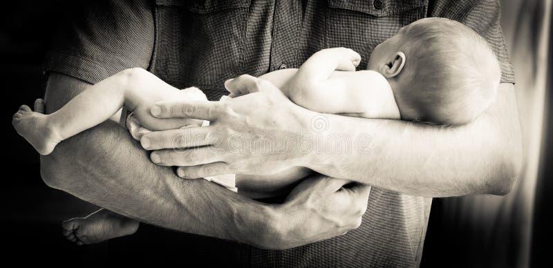 Pai que prende o bebé recém-nascido imagem de stock royalty free