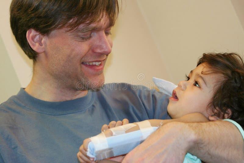 Pai que prende o bebê doente no hospital fotos de stock royalty free