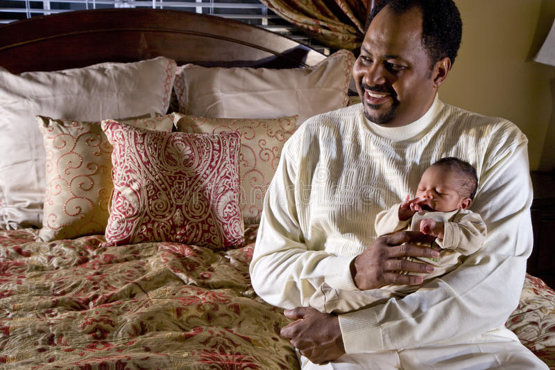 Pai que prende o bebê recém-nascido imagem de stock royalty free
