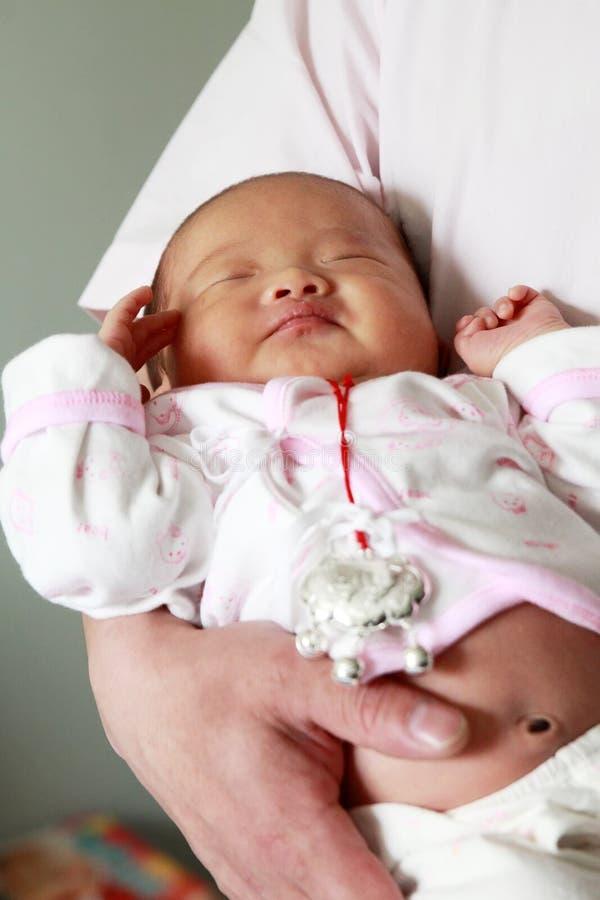 Pai que prende seu bebê foto de stock royalty free