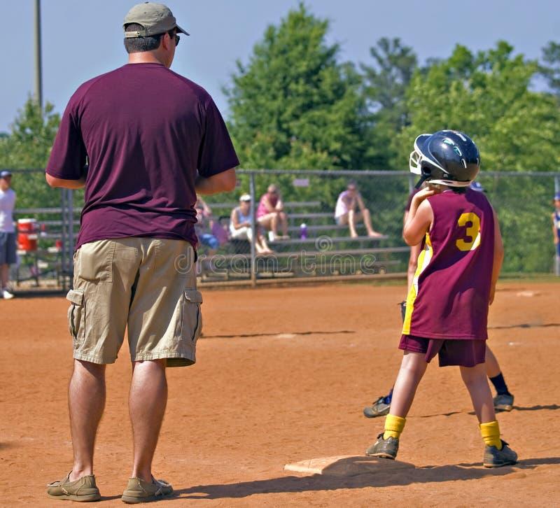 Pai que treina o softball da filha foto de stock royalty free