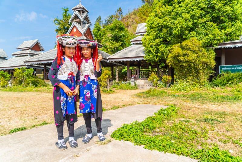 PAI, THAILAND - 16 FEBRUARI, 2019: Hmongkinderen met neusslijm, Portret de meisjes die van van H'mong (Miao) traditionele kleding stock afbeelding