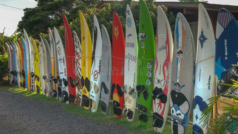 PAIA,美国- 2015年8月10日:老风帆冲浪的委员会机架paia镇的在毛伊的 免版税图库摄影