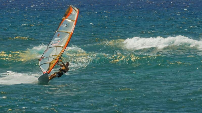 PAIA,美国- 2015年8月10日:风帆冲浪在ho'在毛伊的okipa海滩 免版税库存照片