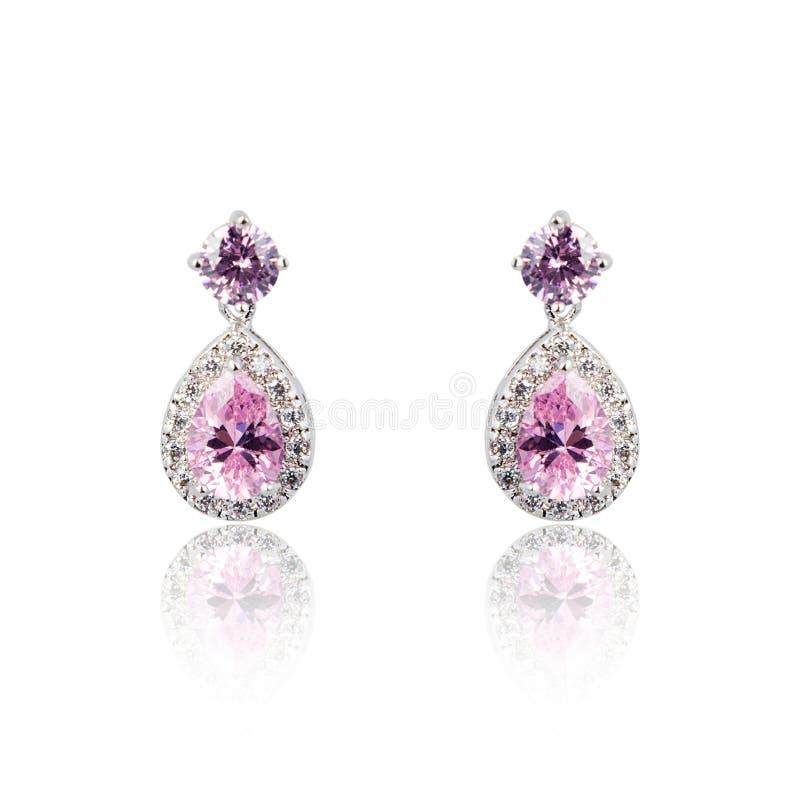 Paia degli orecchini ametisti del diamante isolati su bianco fotografia stock libera da diritti
