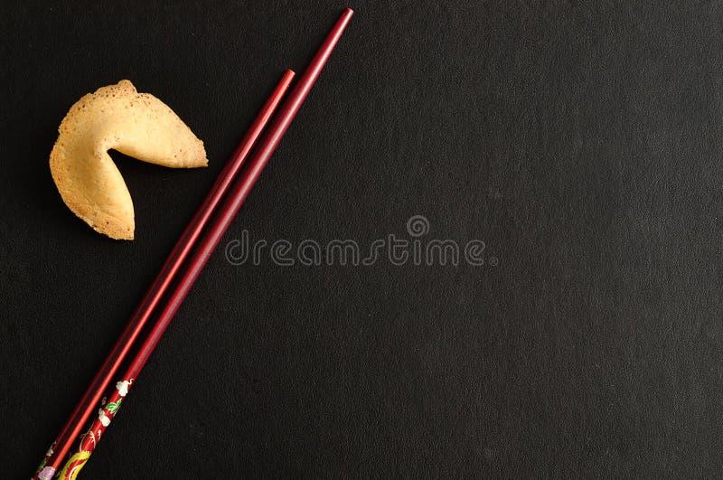 Paia dei bastoncini con un biscotto di fortuna fotografia stock libera da diritti