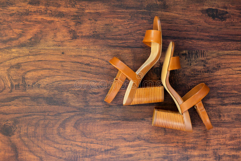 Paia dei sandali a tacco alto di cuoio marroni del ` s delle donne di estate fotografia stock libera da diritti